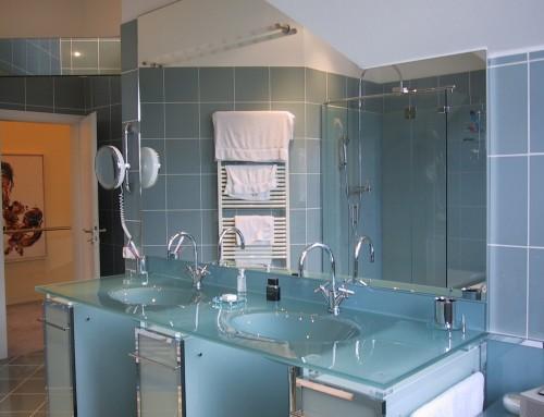 Waschtisch und Duschkabine mit Glas